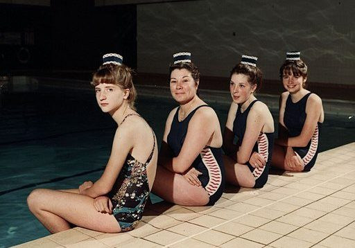 Synchronised_Swimmers_(9713825663)